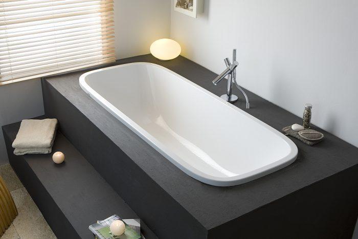 Une baignoire avec marches