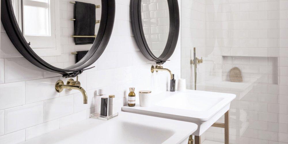 Une belle salle de bain blanche